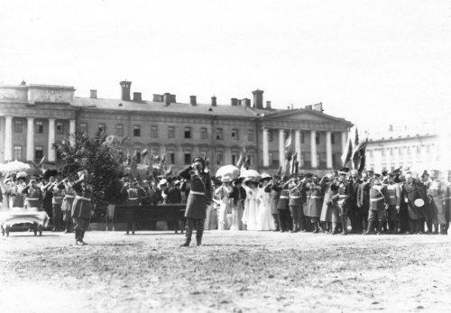 Преподнесение чарки вина во время смотра на Марсовом поле в день 10-летия конно-полицейской стражи. Фото 11 июня 1908 года.