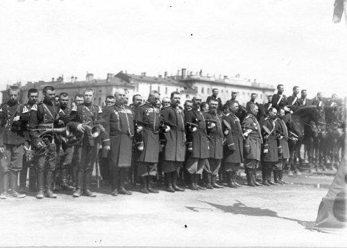 Группа офицеров и музыкантов на Марсовом поле во время смотра в день 10-летия конно-полицейской стражи. Фото 11 июня 1908 года.