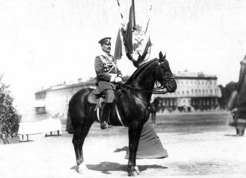 Офицер на коне на Марсовом поле во время смотра в день 10-летия конно-полицейской стражи. Фото 11 июня 1908 года.
