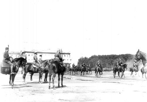 Группа чинов стражи на Марсовом поле во время смотра в день 10-летия конно-полицейской стражи. Фото 11 июня 1908 года.