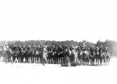 Группа участников церковного парада во время смотра на Марсовом поле в день 10-летия конно-полицейской стражи. Фото 11 июня 1908 года.