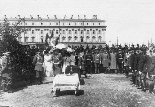 Группа офицеров и гостей смотра на Марсовом поле в день 10-летия конно-полицейской стражи. Фото 11 июня 1908 года.