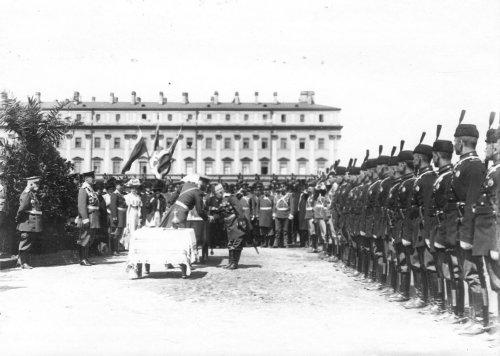 Личный состав принимает поздравления во время смотра на Марсовом поле в день 10-летия конно-полицейской стражи. Фото 11 июня 1908 года.