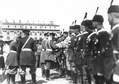 Раздача наград личному составу в день 10-летия конно-полицейской стражи во время смотра на Марсовом поле. Фото 11 июня 1908 года.