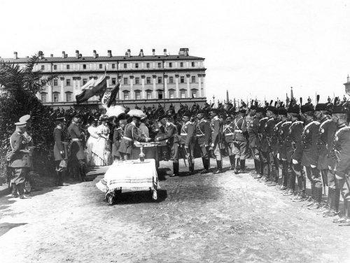 Вручение наград во время смотра на Марсовом поле в день 10-летия конно-полицейской стражи. Фото 11 июня 1908 года.