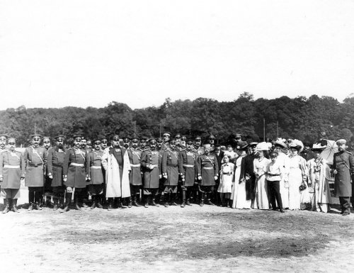 Группа офицеров полиции во главе с полковником В.Ф. Галле, другие чины полиции и члены их семей. Фото 11 июня 1908 года.