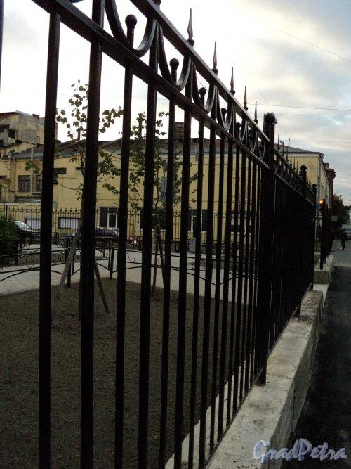 Ограда сквера без названия №13248 на Чкаловском пр. юго-восточнее пересечения с Пионерской ул. («Чкаловский сквер»). Фото 29 сентября 2010 года.