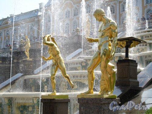 Нижний парк (Петергоф). Большой Каскад. Скульптура на склоне холма у Большого Дворца. Фото август 2014 г.