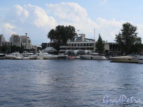 река Большая Невка. Стоянка маломерных судов. Вид со Стрелки ЦПКиО. фото август 2014 г.