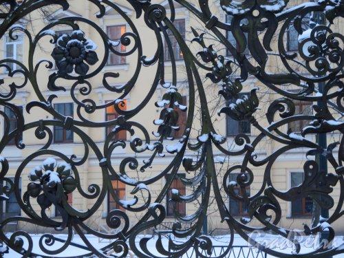 Михайловский сад. Фрагмент решетки сада зимой в вечернем освещении. фото январь 2015 г.