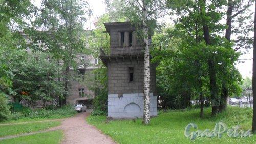 Удельный парк. Здание железнодорожного поста на тупике к Светлановскому заводу. На заднем плане дом 30 по проспекту Энгельса. Фото 19 июня 2016 года.