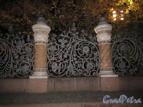 Ограда Михайловского сада со стороны «Спаса-на-Крови» ночью. Фото 18 октября 2016 года.