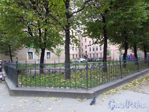 Сквер без названия № 18072 на пересечении Суворовского проспекта и 4-й Советской улицы. Фото 17 октября 2016 года.