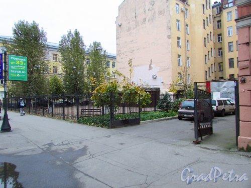 Сквер без названия № 18096 на пересечении Дегтярной улицы и 6-й Советской улицы. Фото 17 октября 2016 года.