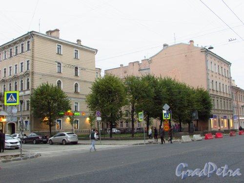 Сквер без названия № 18072 на пересечении Суворовского проспекта и 4-й Советской улице. Фото 17 октября 2016 года.
