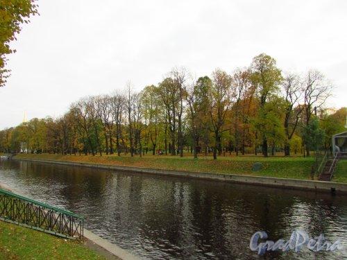 Общий вид Михайловского сада со стороны реки Мойки. Фото 20 октября 2016 года.