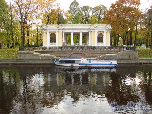 Михайловский сад. Фасад павильона Росси со стороны реки Мойки. Фото 20 октября 2016 года.