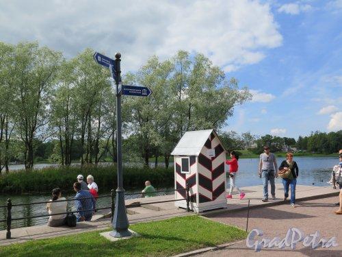 Екатерининский парк (Пушкин). Павильон «Адмиралтейство». Вид площадки перед зданием. фото июль 2015 г.