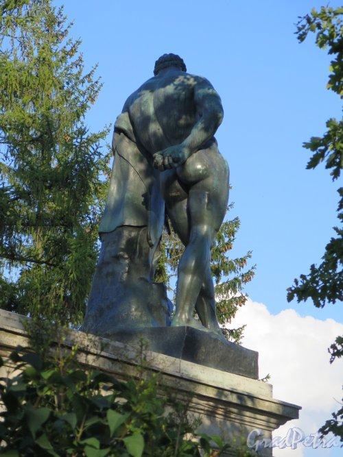 Екатерининский парк (Пушкин). Статуя Геракла Фарнезского на парадной лестнице Камероновой галереи. Вид со спины. фото сентябрь 2015 г.