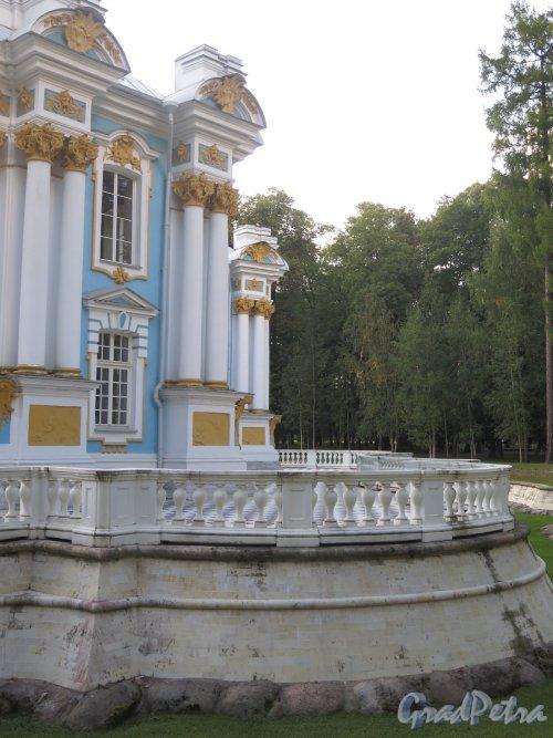 Екатерининский парк. Павильон «Эрмитаж». Часть фасада и терраса перед рвом. Фото май 2014 г.