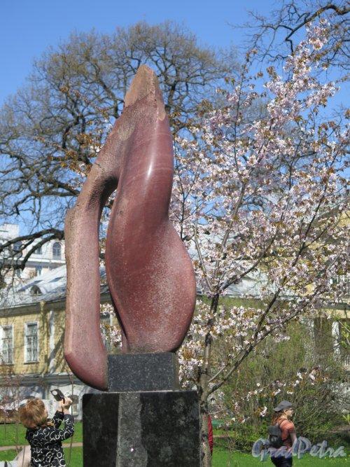 Ботанический сад. Декоративная скульптура «Волна теплого воздуха», ск. Е. Духовный. фото май 2016 г.