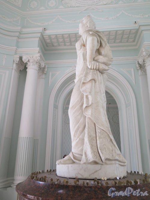 Екатерининский парк (Пушкин). Павильон «Грот». Статуя Екатерины II в центральном помещении. фото май 2016 г.