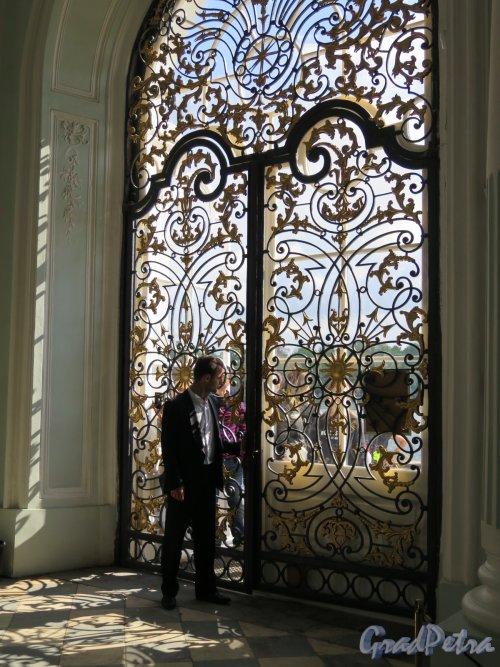 Екатерининский парк (Пушкин). Павильон «Грот». Декоративная решетка окна. Вид изнутри здания. фото май 2016 г.