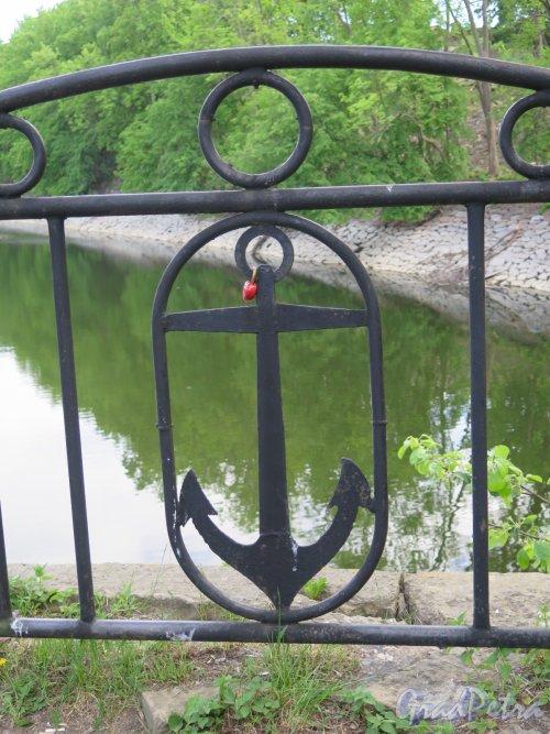 Овражный парк. Фрагмент ограды на берегу Докового бассейна. фото июнь 2017 г.
