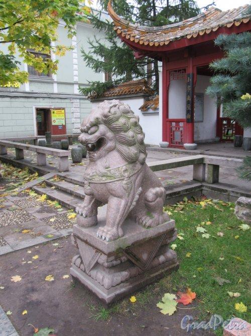 Сквер Дружбы. Каменный лев, установлен в 2003 г. авт. Шанхайская садоводческая компания. Вид в профиль. фото октябрь 2017 г.