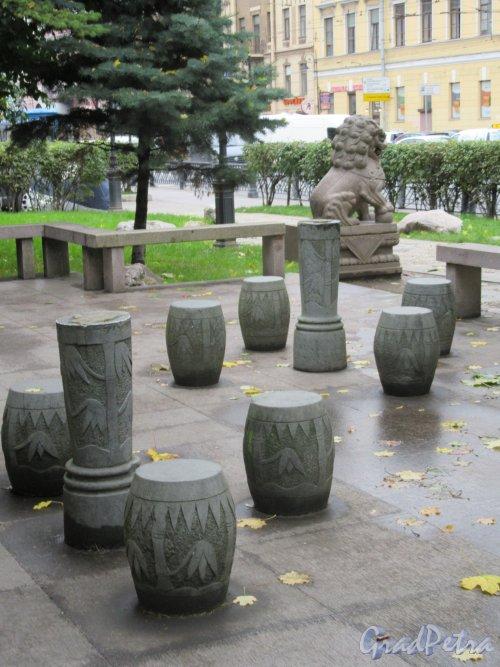 Сквер Дружбы. Площадка для размышлений и медитации перед пагодой Дружбы. фото октябрь 2017 г.