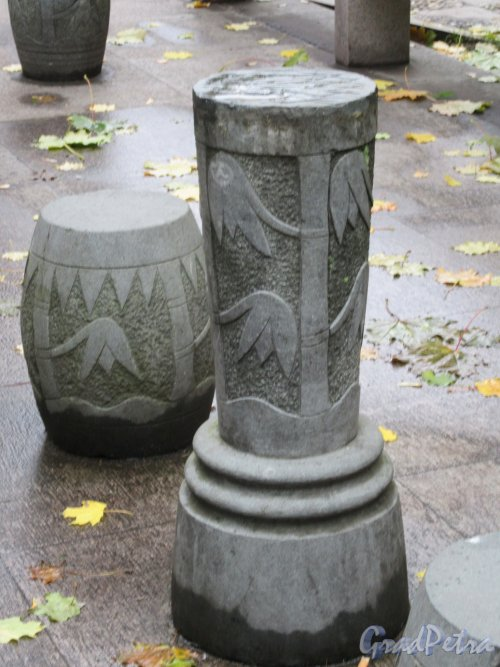 Сквер Дружбы. Каменная мебель на площадке для размышлений и медитации. фото октябрь 2017 г.