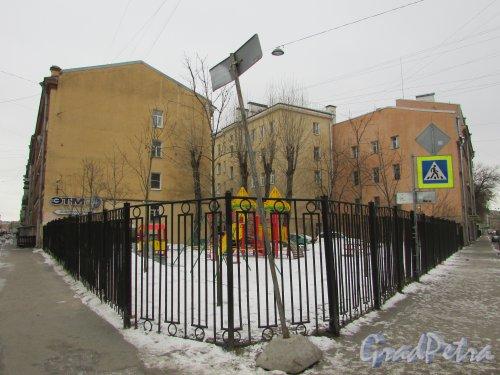 Общий вид сквера без названия № 18199 (лакуны) на пересечение Кирилловской улицы и улицы Моисеенко. Фото 2 марта 2019 года.