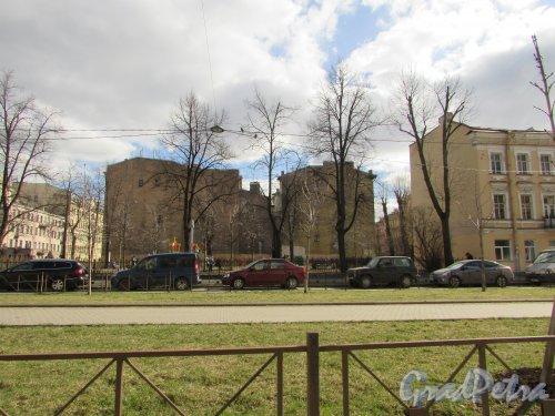 Общий вид сквера Лидии Клемент на Подольской ул. между домом 20 и домом 26. Фото 7 апреля 2019 года.