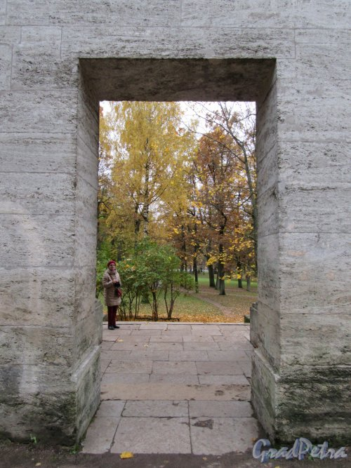 Гатчинский парк (Дворцовый). Портал «Березового домика» («Маска»). Вид через проход в колоннаде. фото октябрь 2017 г.