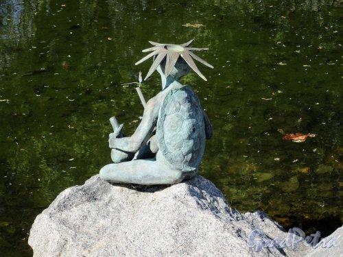 Ботанический сад. Участок Японский садик. Скульптура «Черепаха у Пруда». Вид со спины. фото май 2018 г.