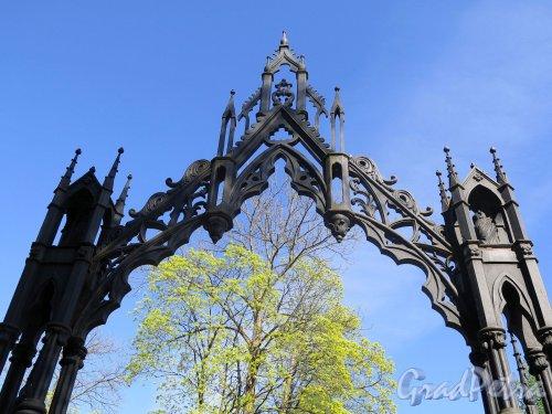 Екатерининский парк (Пушкин). Готические ворота у Башни-руины. Навершие ворот. фото май 2018 г.