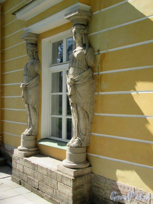 Екатерининский парк (Пушкин). Павильон «Вечерний зал». Пристенные статуи. Общий вид. фото май 2018 г.
