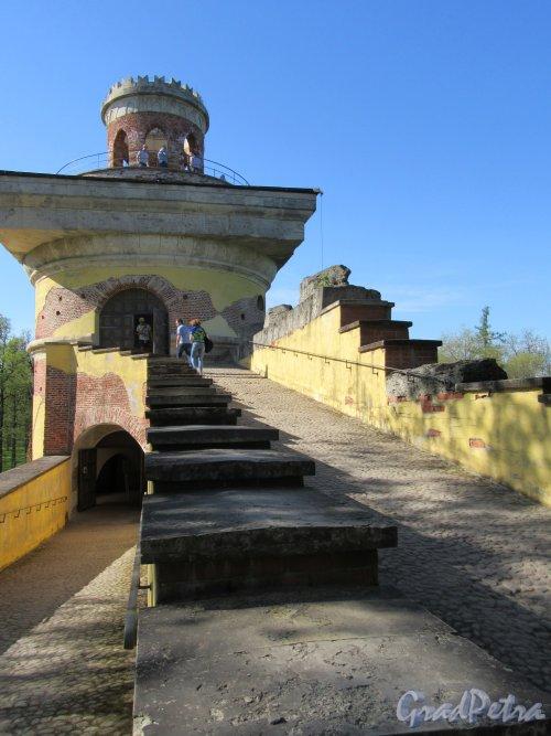 Екатерининский парк (Пушкин). «Башня-руина» с искусственной горкой. Вид подъема к вершине башни. фото май 2018 г.