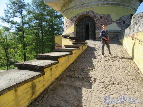 Екатерининский парк (Пушкин). «Башня-руина» с искусственной горкой. Вход на верхнюю площадку башни. фото май 2018 г.