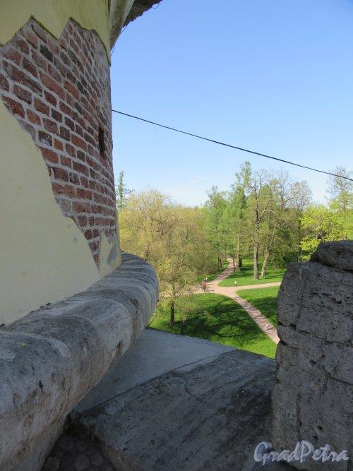 Екатерининский парк (Пушкин). «Башня-руина» с искусственной горкой. Вид парка с верхней галереи. фото май 2018 г.