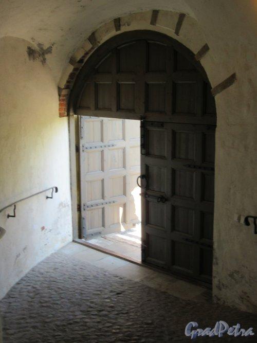 Екатерининский парк (Пушкин). «Башня-руина». Ворота на выходе из башни. фото май 2018 г.