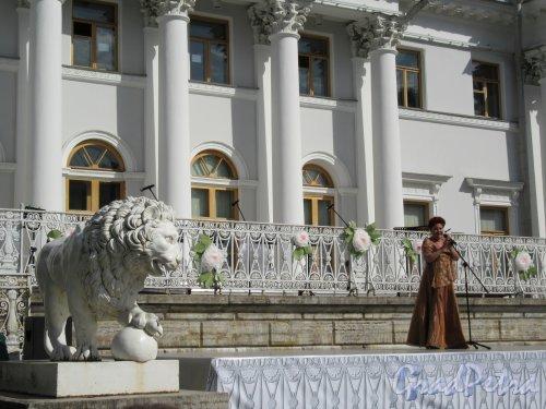 ЦПКиО. VI фестиваль тюльпанов в 2018 г. Концертное выступление на ступенях Дворца. фото май 2018 г.
