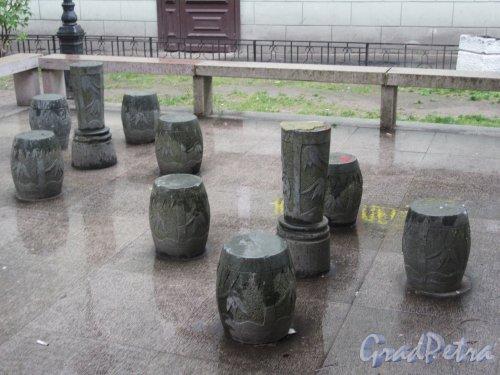 сквер Дружбы. Каменные сиденья у Пагоды. фото июнь 2018 г.