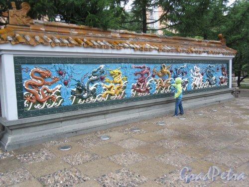 сквер Дружбы. Керамическая стенка с Драконами. фото июнь 2018 г.