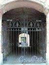 Дегтярный пер., д. 6, лит. В (лицевой флигель). Решетка ворот. Фото август 2010 г.