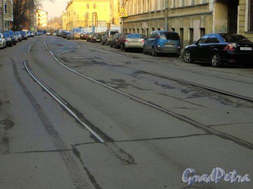 Остатки трамвайных путей в Дегтярном переулке. Вид от улицы Моисеенко в строну поворота. Фото 28 февраля 2014 г.