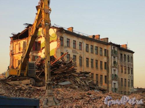 Дегтярный пер., д. 26. Демонтаж здания. Вид из двора дома 28 по Дегтярному переулку. Фото 28 февраля 2014 г.