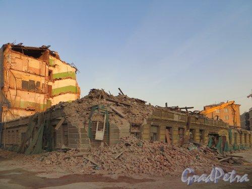 Дегтярный пер., д. 26. Демонтаж здания. Вид на угловую часть основного корпуса. Фото 28 февраля 2014 г.