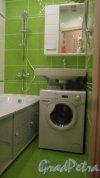 Альпийский переулок, дом 23, корпус 1. Интерьеры квартир. Образец размещения стиральной машины в раздельном санузле, а именно в ванной в хрущевке серии 1ЛГ-502 (1ЛГ-502В). Дизайн-проект Надежды Максимовой. Фото 29 сентября 2018 года.