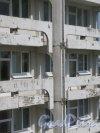 Учебный пер., д. 5. Городская многопрофильная больница №2. Фрагмент фасада бокового корпуса центрального ядра. фото июль 2017 г.